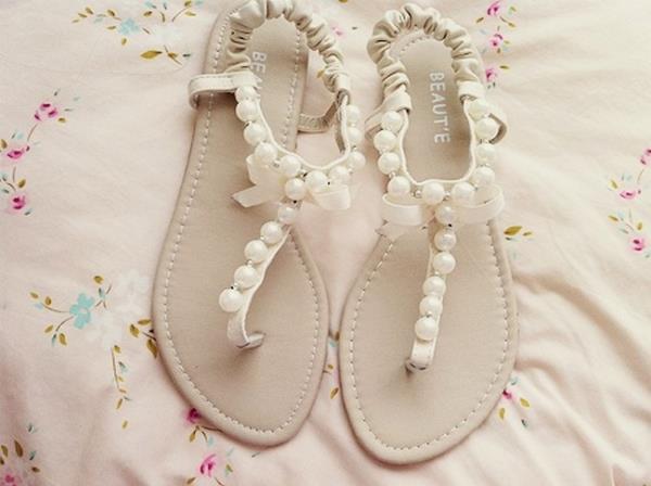 boncuk süslemeli sandalet modeli