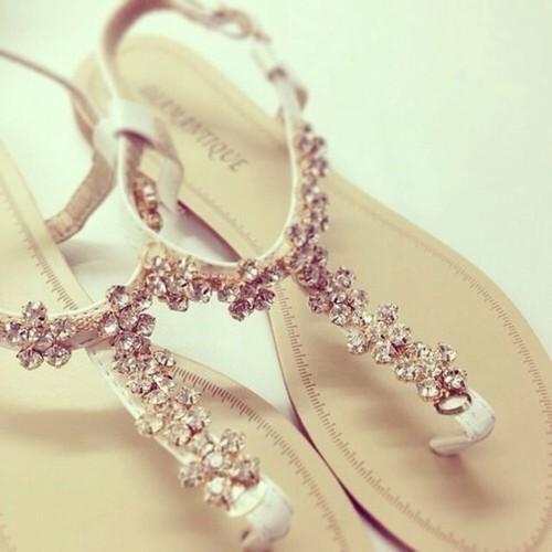 boncuk detaylı sandalet modeli